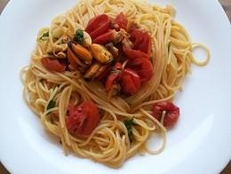 spaghetti ai frutti di mare con rucola e pomodorini