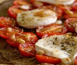 pizza con pesto di olive, pomodorini e mozzarella