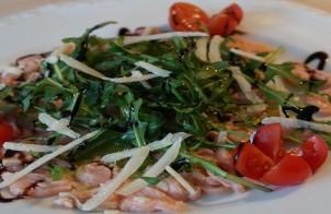 salmone marinato con rucola e pomodorini
