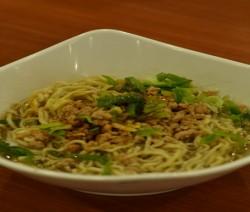noodles in brodo di manzo e porri