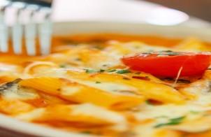 pennette con salsa ai peperoni e gruviera