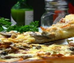 pizza con porcini, pancetta e pecorino di fossa