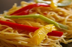 spaghetti piccanti con peperoni saltati