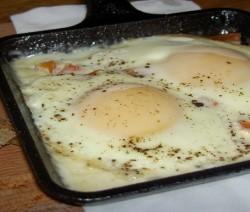 uova al tegamino con mozzarella, dadolata di pomodorini e paprika