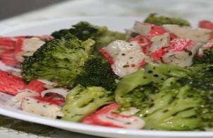 insalata di broccoletti e surimi con vinaigrette