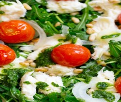 insalata di pomodorini al forno con ricotta e pinoli