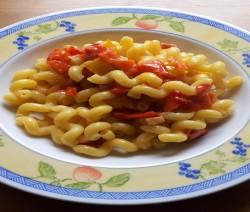 riccioli con peperoni e pancetta mantecati al parmigiano