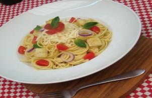 spaghetti dietetici con crudo di pomodori e cipolle