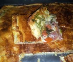 torta salata con crudo, rucola e pomodorini