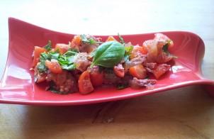 insalata con ciliegini, carne e pesto