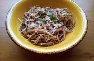 spaghetti con pesto di olive nere e basilico