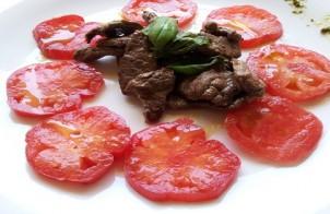 straccetti di carne con pomodorini e pesto