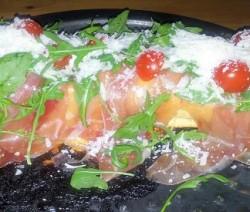 tronchetto con crudo, pomodorini e rucola