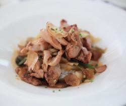 insalata di pollo con chips all'aglio