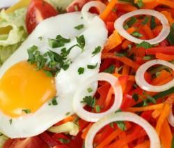 insalata di verdure e uovo fritto