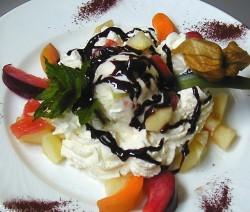 macedonia di frutta tropicale e gelato al cocco