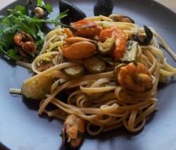 spaghetti con zucchine, cozze e rucola