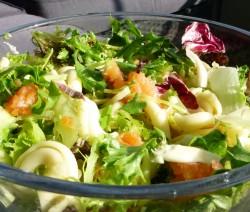 riccioli in insalata con salmone, pere e mandorle