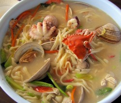 zuppa di noodles ai frutti di mare