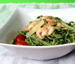 spaghetti con pesto di cicoria e gamberi